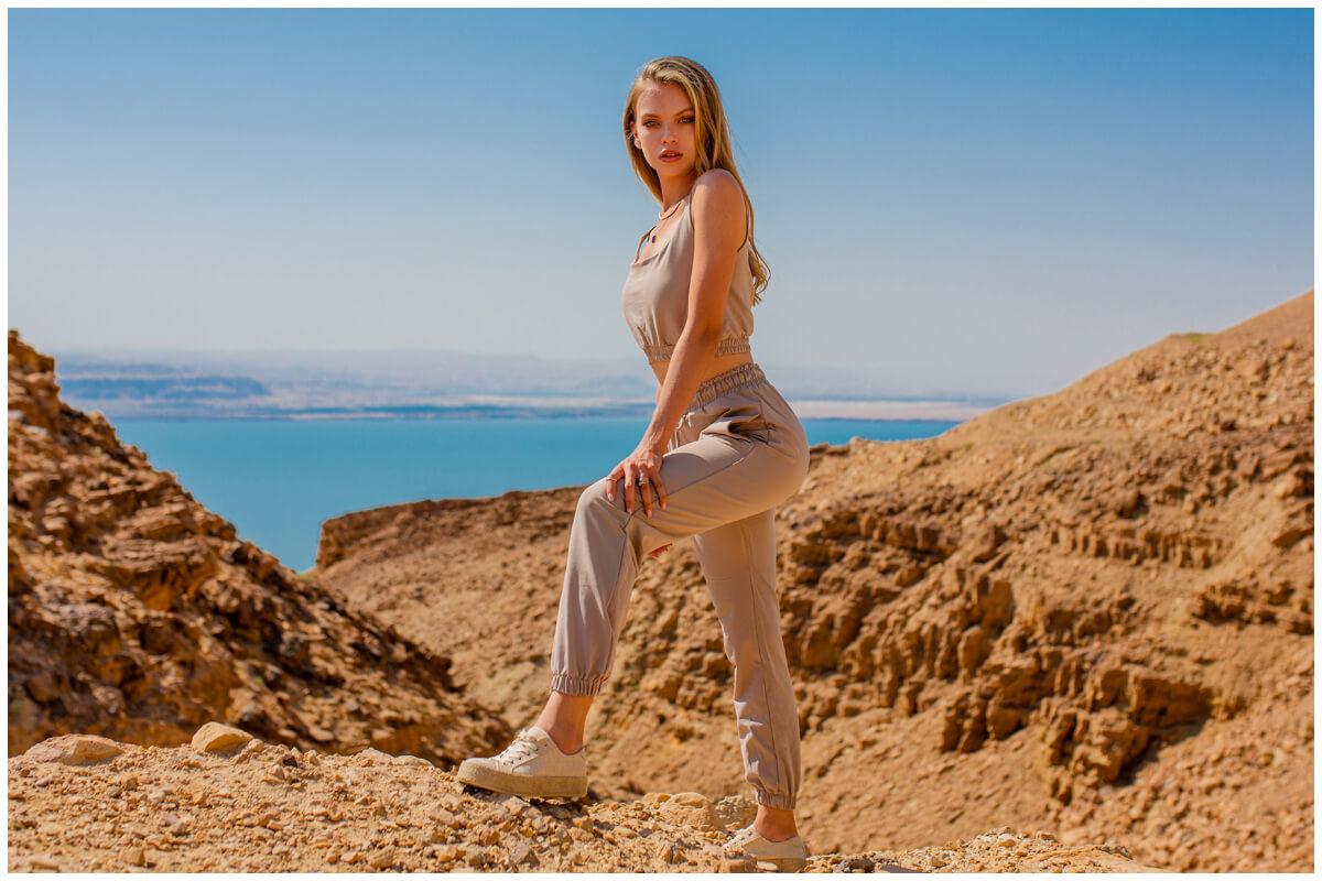 Materiałowe spodnie hurtowo - beżowe joggery