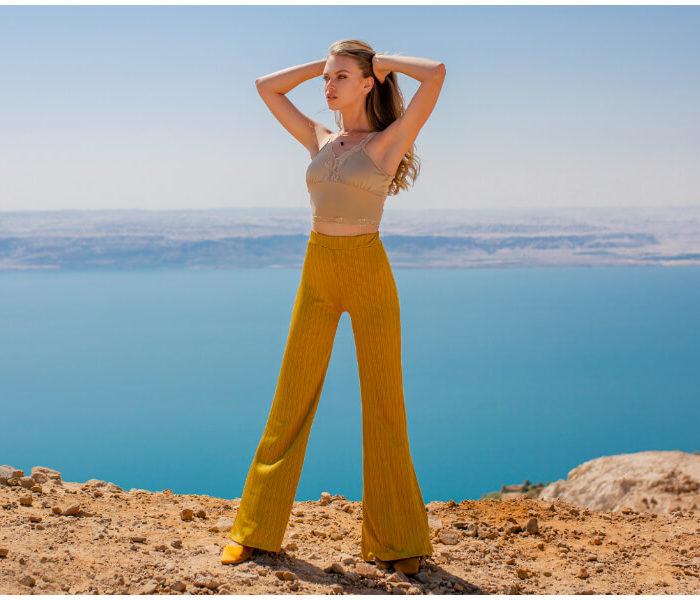 Materiałowe spodnie – sprawdź nowe modele w hurtowni